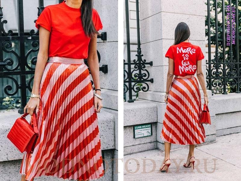Красная юбка с красной футболкой